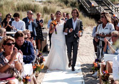 Bruid wordt weggegeven door broer op het strand