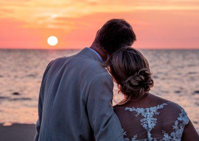 Fotoshoot bruidspaar zonsondergang strand