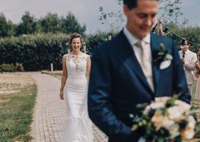 gespannen-bruidegom-wacht-op-bruid-first-look