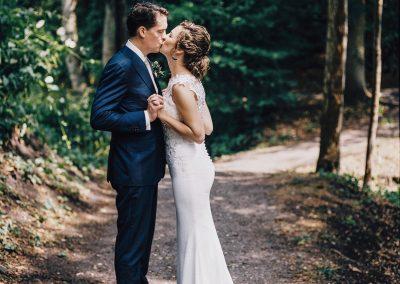 kus-bruidspaar-in-de-natuur