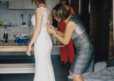 moeder-helpt-aantrekken-trouwjurk