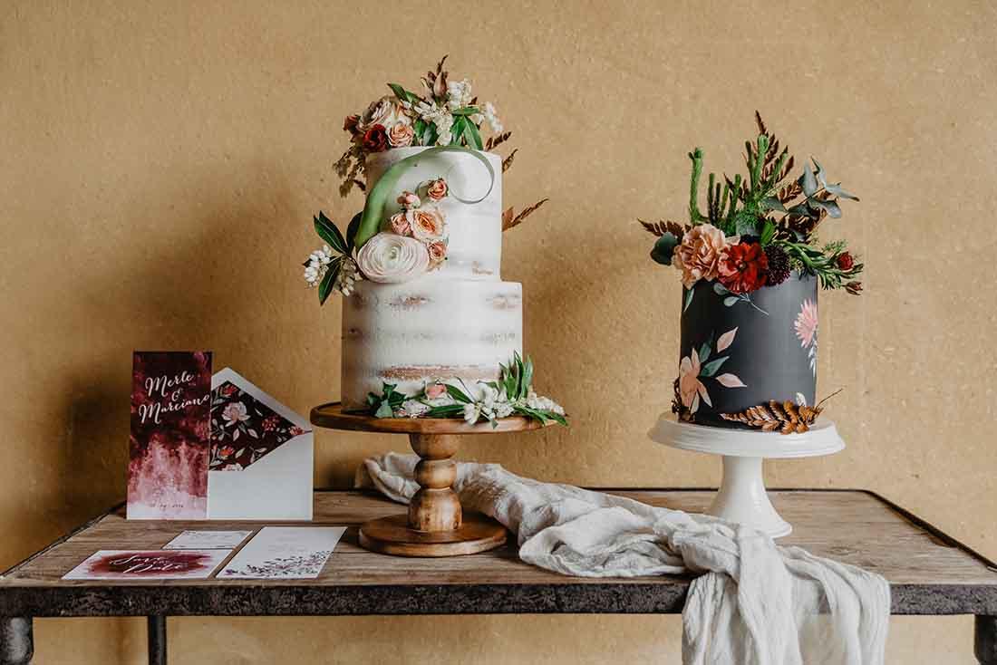 Bruidstaart met bloemen voor een Bohemian bruiloft