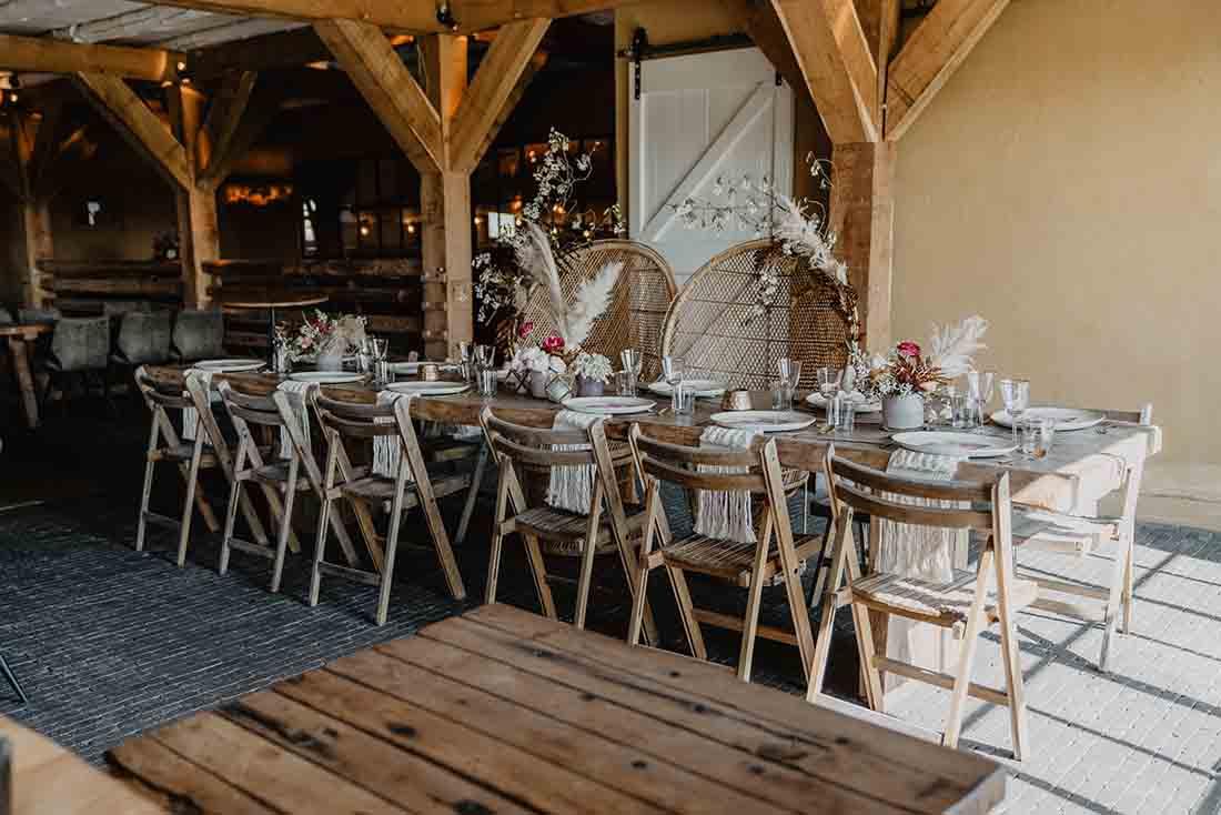 Diner bruiloft aan een lange houten tafel
