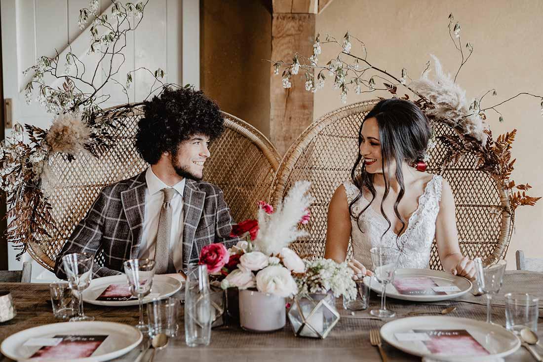 Bruidspaar aan tafel tijdens het diner
