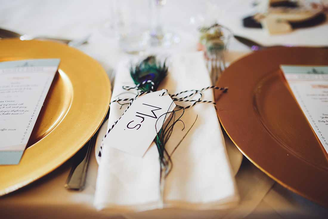 Naamaanwijzing voor gasten voor het diner op de bruiloft