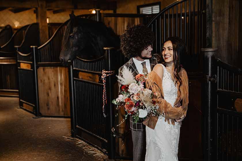 Bruidspaar op een paardenboerderij