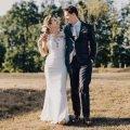 Bruidspaar tijdens hun landelijke bruiloft