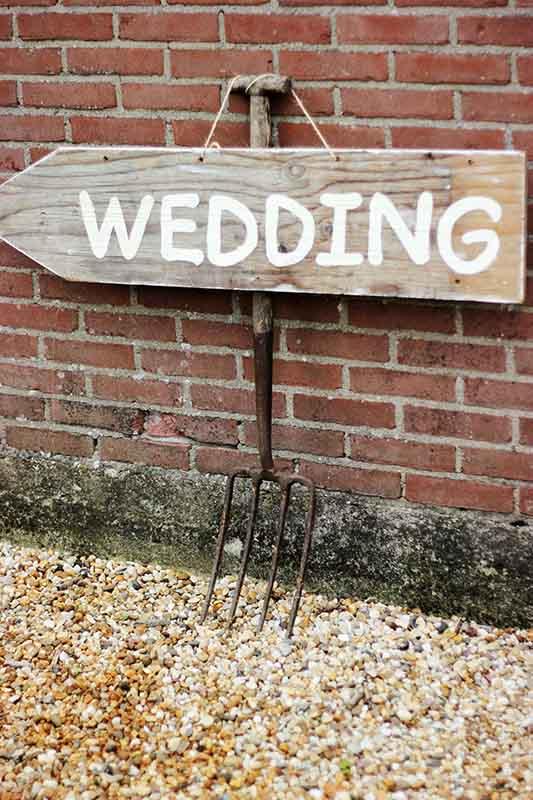 Hooivork als decoratie voor een bruiloft op een boerderij
