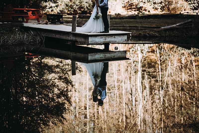Landelijke bruiloft aan het water