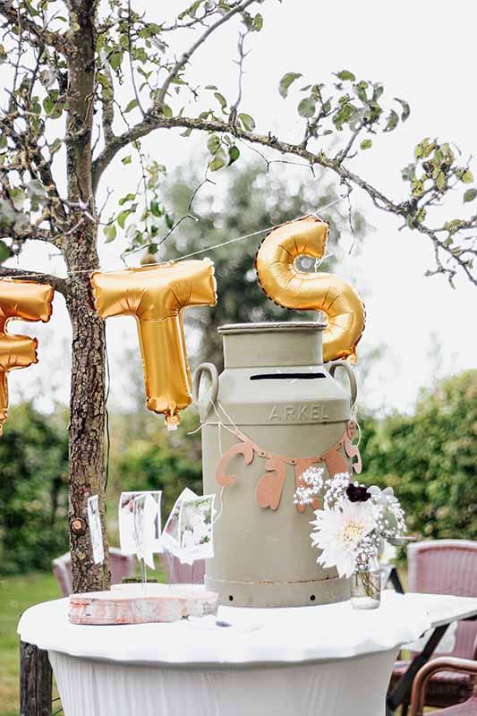 Een oude melkbus als unieke enveloppenbox voor bruiloft