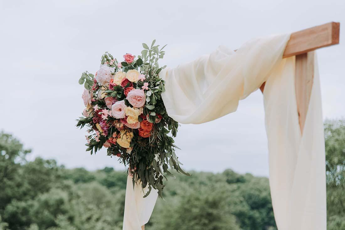 backdrop met bloemen voor je bruiloft