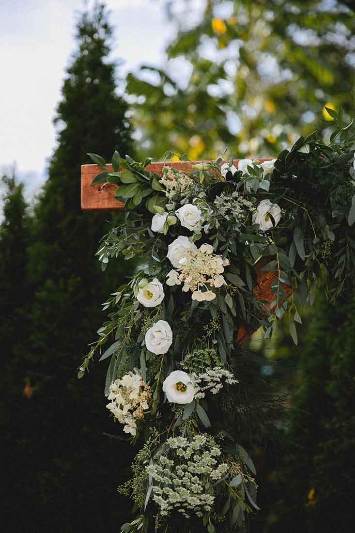 Houten backdrop met bloemen voor trouwceremonie