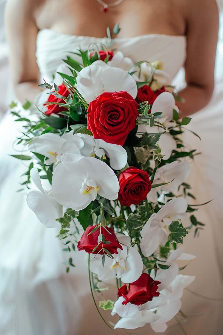 Opvallend bruidsboeket met rode rozen