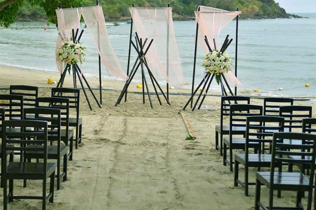 Romantische en kleine trouwceremonie op het strand