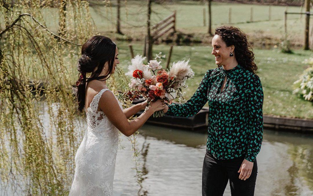 Ceremoniemeester geeft bruidsboeket aan bruid